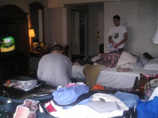 Travel Inn Hotel New York: The mess is us packing.......gettting ready to leave.