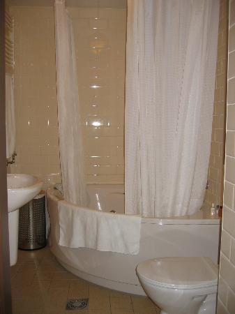 Suite 259: downstairs bath