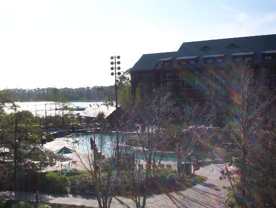 Disney's Wilderness Lodge: courtyard and pool view