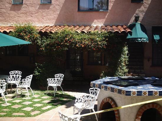 El Cordova Hotel: The central courtyard for all to use.