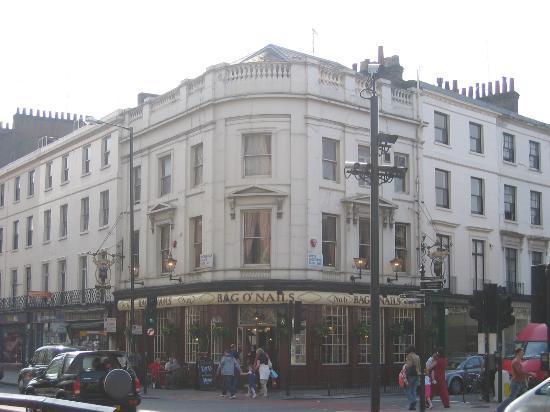 โรงแรมรูเบนส์ แอต เดอะ พาเลส: Bag o' Nails pub across the street