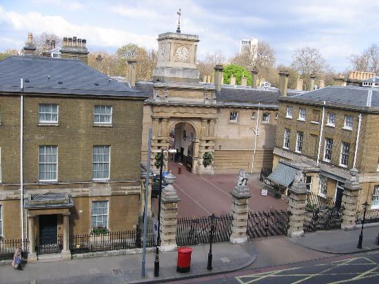 โรงแรมรูเบนส์ แอต เดอะ พาเลส: The Royal Mews--View from our room window