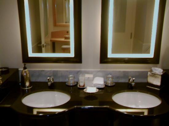 Sofitel Montréal Le Carré Doré : Bathroom1