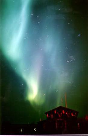 ‪‪Bettles Lodge‬: Northern Lights over Bettles Lodge‬