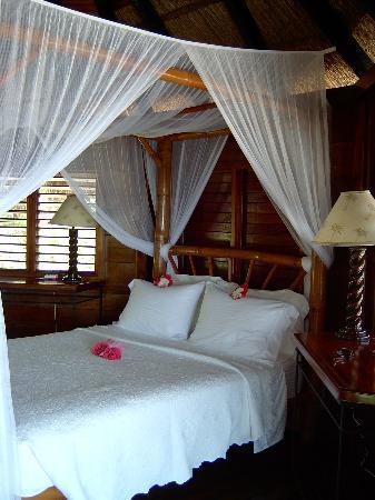 Tensing Pen Resort: tropical flowers on bed