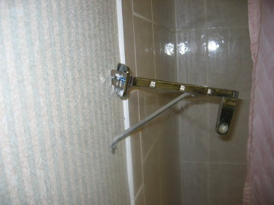 Econo Lodge: towel rack