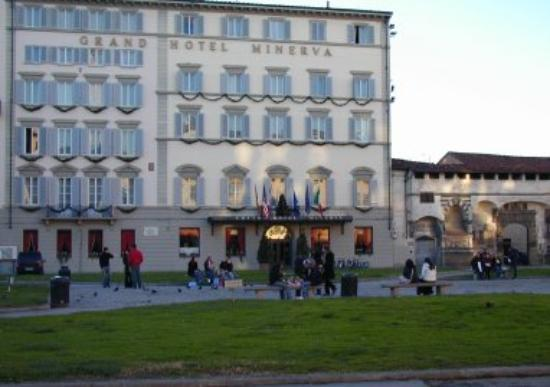Grand Hotel Minerva : Front view from across the piazza