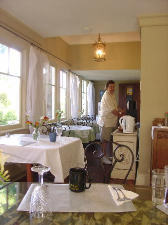 Abbeymoore Manor Bed and Breakfast Inn: Getting coffee in the breakfast room