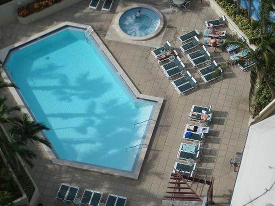 Miami Marriott Biscayne Bay: Hotel pool and jacuzzi.