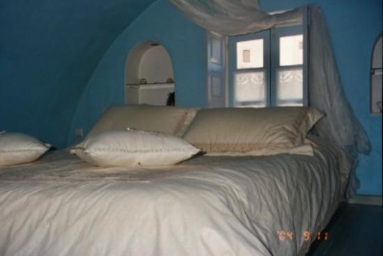 Art Maisons Luxury Santorini Hotels Aspaki & Oia Castle: Loft Bedroom, Endless Blue