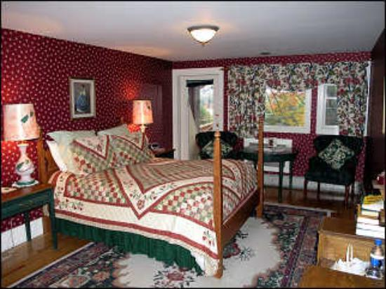 Friends Lake Inn: Bedroom with balcony overlooking lake