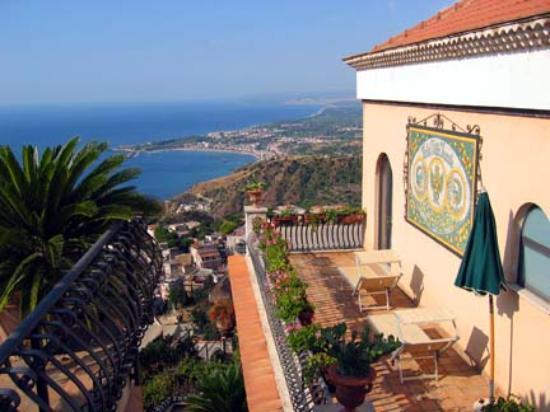Hotel Villa Ducale: Villa Ducale looking towards Gardini Naxos