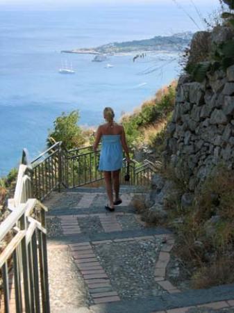 Hotel Villa Ducale: Stairs from S. Santuario Madonna dell Rocca