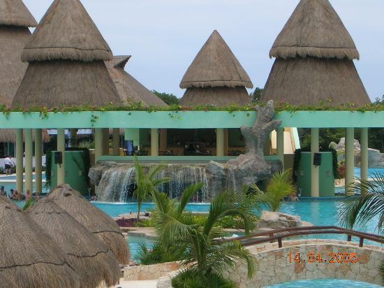 Iberostar Paraiso Maya: The Swim-up Pool Bar