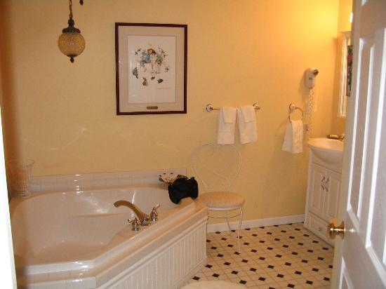 The Sleeping Bear Lodge: bathroom