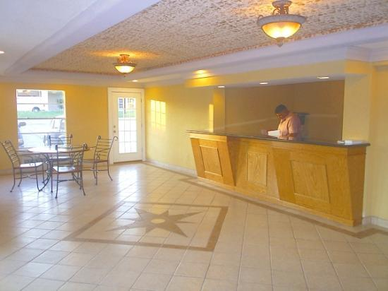 Motel 6 Bryan, TX: Breakfast area and lobby
