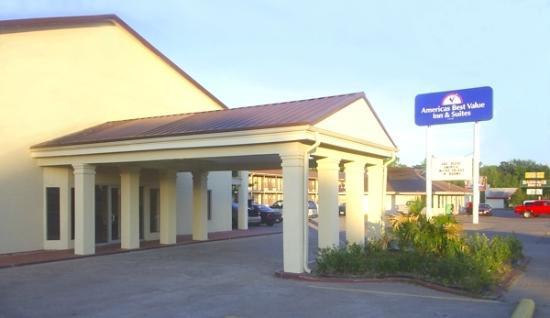 Rodeway Inn: Driveway