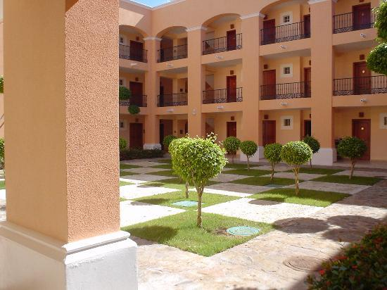 Iberostar Hacienda Dominicus: Courtyard in the middle of Building 1