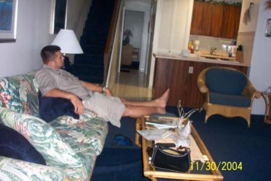 Maui Vista Resort: Just relaxing in the living room, kichen and bedroom in background.