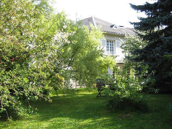 Cambrai, France: Front Garden