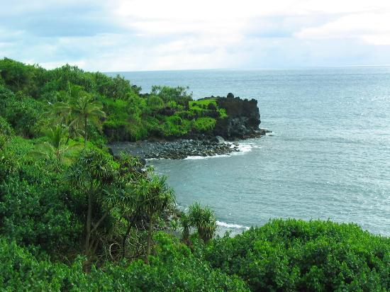 Waianapanapa State Park Cabins: Short walk to view the gorgeous coastline