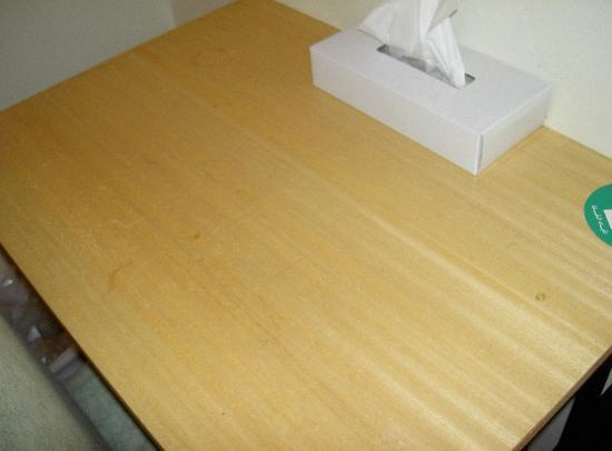 Eureka Hotel: The dirty and damaged table