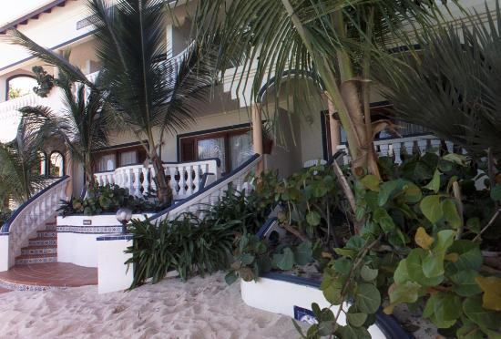 Le Petit Hotel : Beachside view of hotel