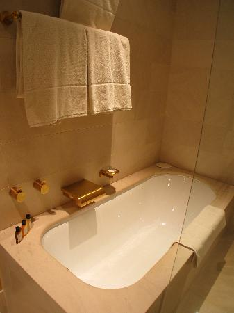 Park Hyatt Paris - Vendome: the tub adjoins the shower