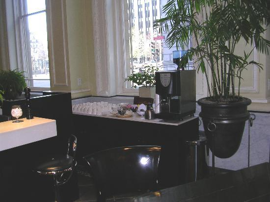 Le Place d'Armes Hotel & Suites: Coffee area in lobby