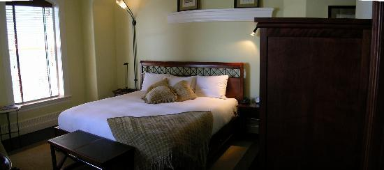 Le Place d'Armes Hotel & Suites: Very comfortable bed