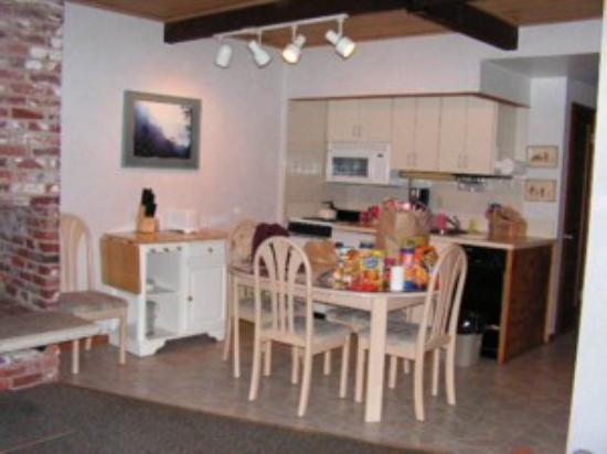Tides By The Sea: Large kitchen & dining area