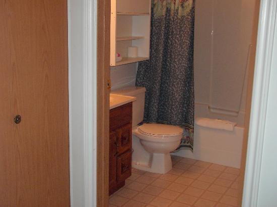 ديستني بيتش ريزورت: attractive full bathrooms in most units