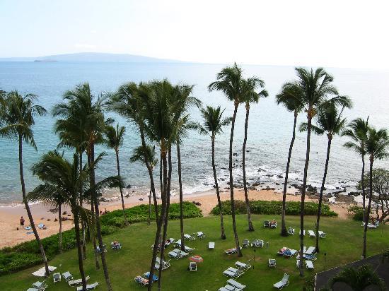 Mana Kai Maui: View of grounds and beach from 7th floor balcony