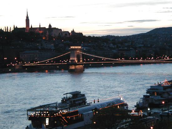 Budapest Marriott Hotel : Night view of Castle Hill & Chain Bridge from hotel room
