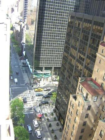 The Kimberly Hotel: Balcony overlooking 50th St. toward Lexington Ave