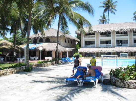 Playa Esmeralda Beach Resort: The pool, bar, and dining areas (Hotel Playa Esmeralda)
