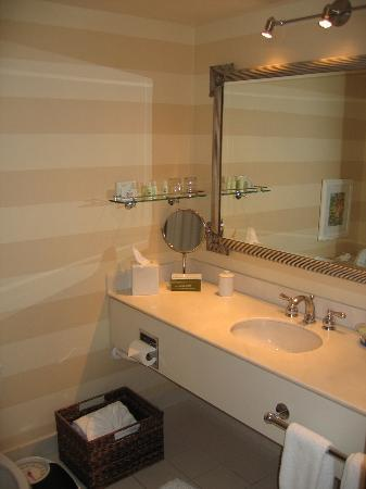 Portola Hotel & Spa at Monterey Bay : Great bathroom
