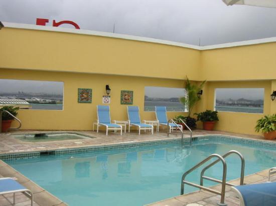 Sheraton Old San Juan Hotel: Pool area (notice the ships)