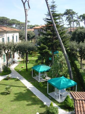 Hotel Verdemare: The hotel park from our terrace