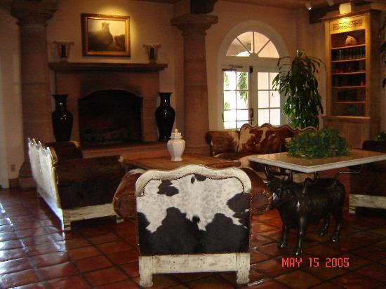 Coalinga, CA: The Inn's lobby has a ranch theme