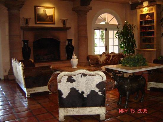 Coalinga, Kalifornien: The Inn's lobby has a ranch theme