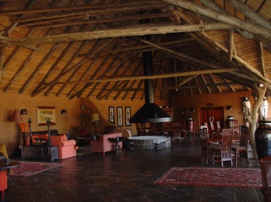 Zuma Zuma Safari Lodge & Spa: Lounge and dining area