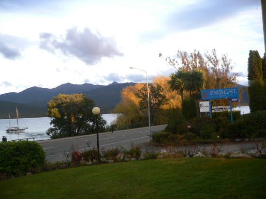 Kingsgate Hotel Te Anau: Lake Te Anau Is Just Across the Road