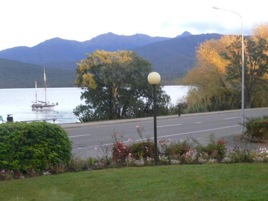 Kingsgate Hotel Te Anau: Manicured Gardens Of Kingsgate Hotel & The Tranquility Of Lake Te Anau