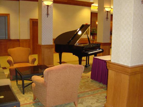 Crowne Plaza Hotel Philadelphia - King of Prussia : Baby-grand near the bar and restaurant.