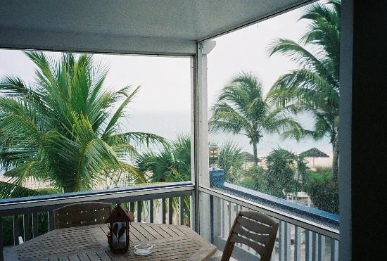 Sibonne Beach Hotel: Screened-in porch (rainy day)