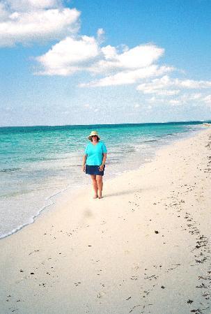 Sibonne Beach Hotel: Walking on Grace Bay Beach