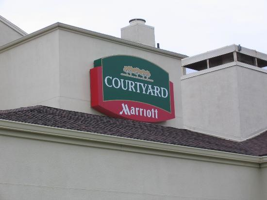 Courtyard St Louis Downtown West: Courtyard Marriot sign