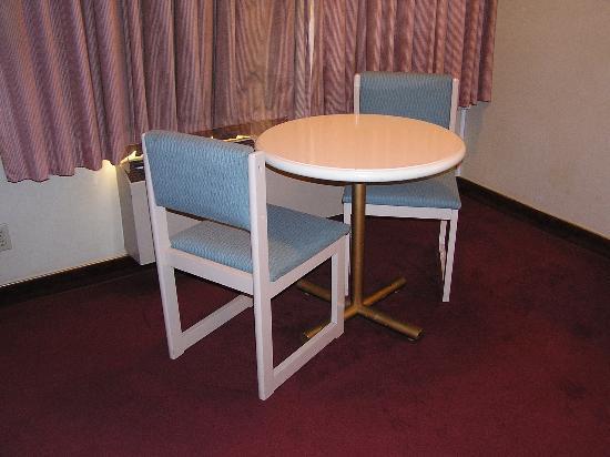 Best Western Pasadena Royale Inn & Suites: table/chairs
