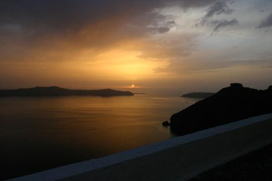 Anteliz Suites Santorini: Sunset from the Hotel